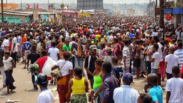La population congolaise dans la rue pendant les manifestations contre l'adoption d'une loi visant à modifier la constitution en janvier 2015 Photo depuis congovox.blogspot.com