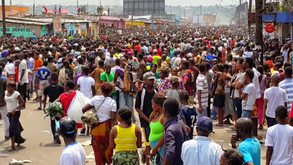 La population congolaise dans la rue pendant les manifestations contre l'adoption d'une loi visant à modifier la constitution en janvier 2015.